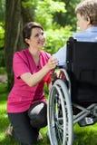 Rörelsehindrad kvinna som vilar i trädgård Royaltyfri Bild