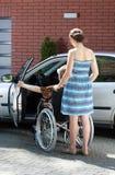 Rörelsehindrad kvinnlig chaufför och anhörigvårdare Arkivfoto