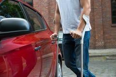 Rörelsehindrad manöppningsdörr av en bil Arkivfoton