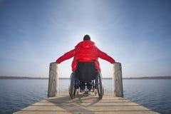 Rörelsehindrad man i rullstol Arkivbild