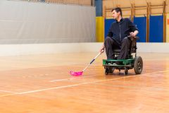 Rörelsehindrad man på en elektrisk rullstol som spelar sportar, powerchairhockey IWAS - Internationell rullstol och amputerad arkivbilder