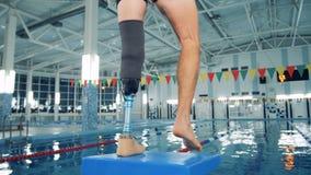 Rörelsehindrad manutbildning på en pöl, bionisk benprotes lager videofilmer