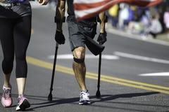 Rörelsehindrad maratonlöpare Arkivbild