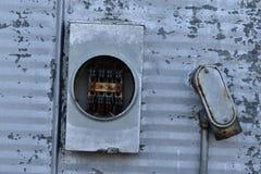 Rörelsehindrad meter på sida av den gamla fabriken arkivbilder