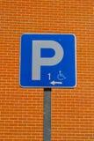Rörelsehindrad parkera signage arkivfoto