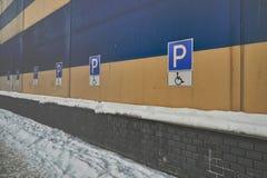 Rörelsehindrad parkering för tecken på byggnaden royaltyfri bild