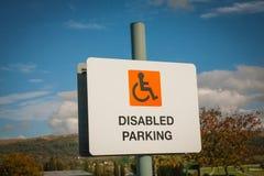 Rörelsehindrad parkering undertecknar in parkeringshuset Arkivfoto