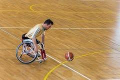 Rörelsehindrade basketspelare har den vänliga basketmatchen arkivfoto