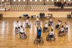 Rörelsehindrade basketspelare har den vänliga basketmatchen arkivbild