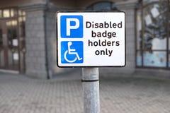 Rörelsehindrade emblemhållare endast på parkeringshuset ingen obehörig parkering royaltyfri fotografi