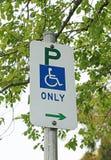 Rörelsehindrade personer som parkerar tecknet med en bakgrundssuddighet Royaltyfria Foton