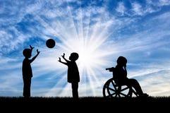 Rörelsehindrat barn i rullstolen som gråter nära barnlek med bollen Royaltyfri Foto