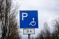 Rörelsehindrat parkeringsplatstrafiktecken arkivbild