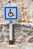 Rörelsehindrat parkeringsspringatecken Arkivfoton