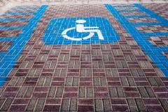Rörelsehindrat parkeringstecken för bilparkering arkivbild