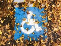 Rörelsehindrat tecken som målas på grov asfaltbeläggning Royaltyfria Bilder