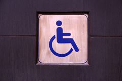 Rörelsehindrat toaletttecken eller tillgängligt toaletttecken Royaltyfri Bild