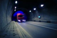 Rörelselastbilen går till och med tunnelen Royaltyfri Bild