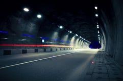 Rörelselastbilen går till och med tunnelen Royaltyfria Foton