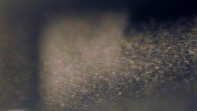 Rörelsen av bokeh- och dammpartiklar med den verkliga linssignalljuset, blå färgsignal stock video
