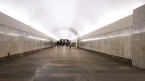Rörelsen av folk på gångtunnelplattformen, när drevet ankommer, tidschackningsperiod stock video