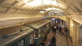 Rörelsen av folk på gångtunnelplattformen, när drevet ankommer, tidschackningsperiod lager videofilmer