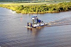 Rörelsen av havshandelsfartyg och bogserbåtar till ingången och utgången från porten Beaumont Texas royaltyfria bilder