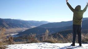 Rörelsen av kameran till en person som tycker om en härlig sikt uppe på ett berg och en frihet Ultrarapid 1920x1080 arkivfilmer