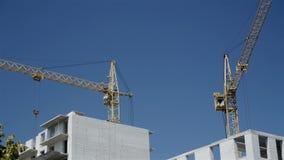 Rörelsen av kranar på konstruktionsplatsen arkivfilmer