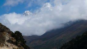Rörelsen av moln över berget Ama Dablam arkivfilmer