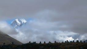 Rörelsen av moln över berget Ama Dablam stock video