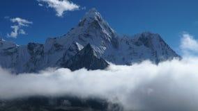 Rörelsen av moln över berget Ama Dablam lager videofilmer