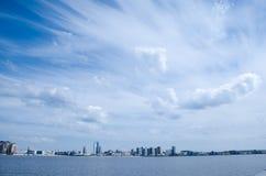 Rörelsen av moln i himlen över staden arkivbild