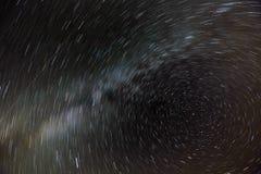 Rörelsen av stjärnorna och den mjölkaktiga vägen i natthimlen runt om norrstjärnan Royaltyfri Foto