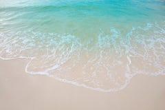Rörelsen av vågorna på sanden är slät och fin för lodisar Royaltyfri Foto