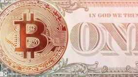 Rörelseskott av myntet av bitcoin på sedel av en dollarsedel royaltyfri illustrationer