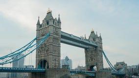 Rörelsesolnedgång till natttimelapse av den historiska och härliga tornbron lager videofilmer