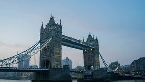 Rörelsesolnedgång till natttimelapse av den historiska och härliga tornbron arkivfilmer