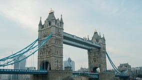 Rörelsesolnedgång till natttimelapse av den historiska och härliga tornbron stock video