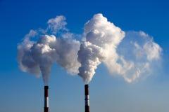 Röret av växten sänder ut skadliga vikter in i atmosfären Närbild på en himmelbakgrund Arkivfoto