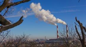 Röret av växten sänder ut skadliga vikter in i atmosfären Närbild på en himmelbakgrund Fotografering för Bildbyråer