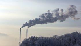 Röret av växten sänder ut skadliga vikter in i atmosfären Närbild på en himmelbakgrund Royaltyfri Fotografi