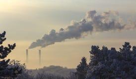 Röret av växten sänder ut skadliga vikter in i atmosfären Närbild på en himmelbakgrund Royaltyfria Bilder