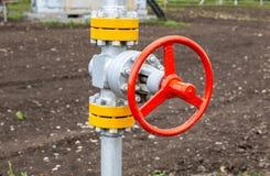 Rörledning med kontrollventilen hålande industrioljesiberia well västra Royaltyfria Foton