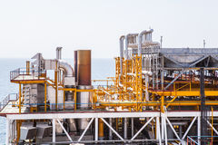 Rörledning- och trycköverföringssystem för olje- plattform Arkivfoton