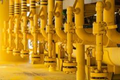 Rörledningkonstruktioner på produktionplattformen, produktionsprocess av fossila bränslenbransch som leda i rör linjen på plattfo Arkivfoton