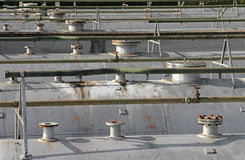 rörledningrör och säkerhetsventil ovanför de gigantiska tryckvessna Royaltyfria Bilder