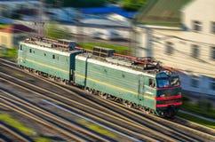 Rörlig elektrisk lokomotiv på järnvägen på hastighet royaltyfri fotografi