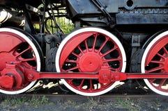 rörliga gammala röda hjul Arkivbilder