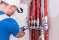 Rörmokare Checking på vattenförsörjning Royaltyfria Foton